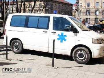 Французькі студенти передали дві машини швидкої допомоги для потреб лікарень на сході України