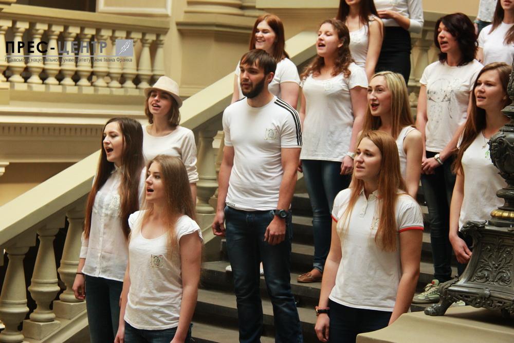 Студенти-філологи Львівського університету організували флеш-моб до Дня матері