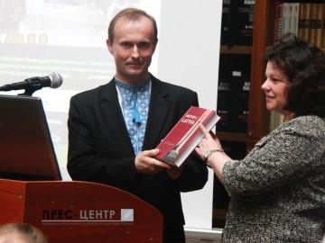 Посол Латвії в Україні передала Науковій бібліотеці Львівського університету книжковий дарунок