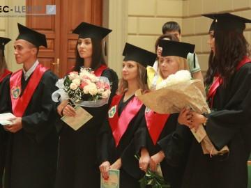 Випускники факультету міжнародних відносин отримали дипломи про вищу освіту