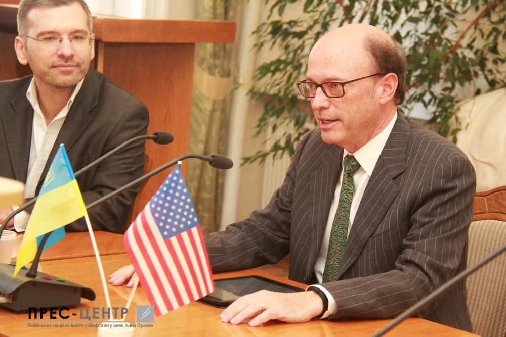 Американський експерт з міжнародних відносин Марк Діллен зустрівся зі студентами Університету