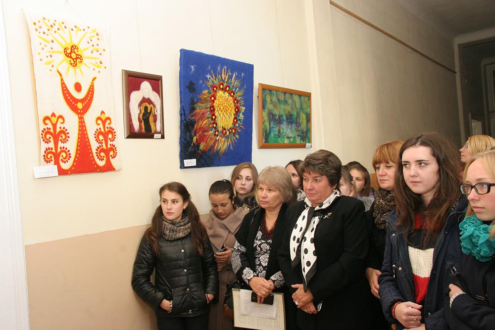 У Педагогічному коледжі відкрили виставку картин Віри Шевченко «Щоденник волонтера»