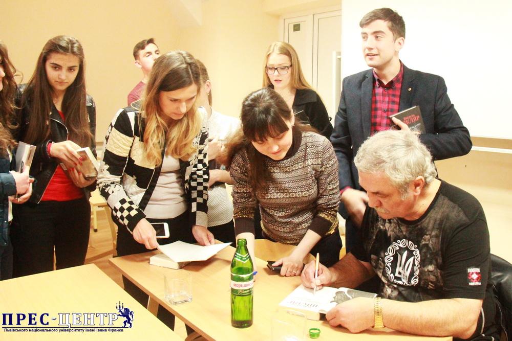Василь Шкляр зустрівся зі студентами та викладачами правничого коледжу Університету