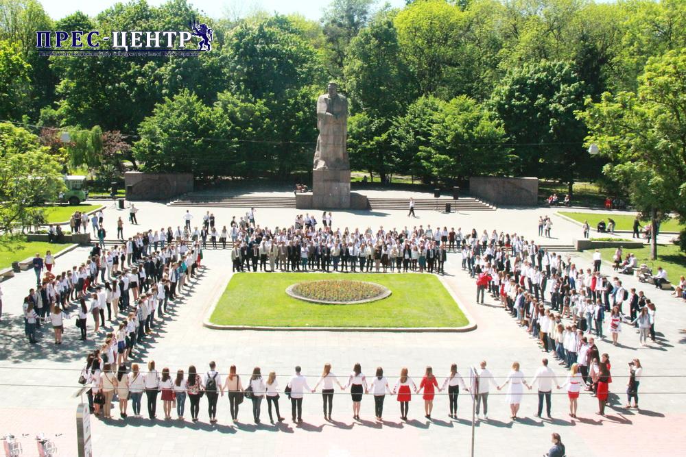 Близько 500 студентів та викладачів ЛНУ ім. Івана Франка взяли участь у флешмобі з нагоди Дня вишиванки