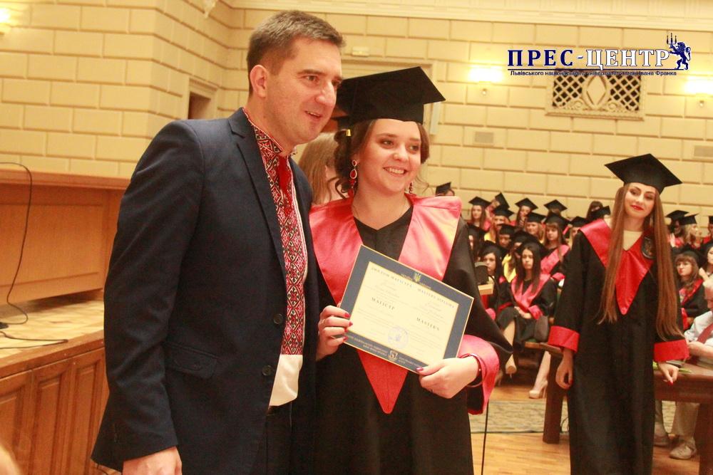Вручення дипломів випускникам філологічного факультету