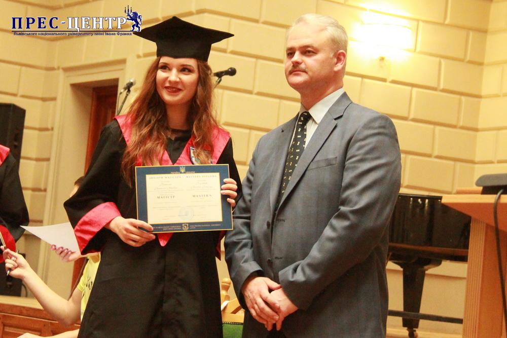 Випускники економічного факультету отримали дипломи про вищу освіту