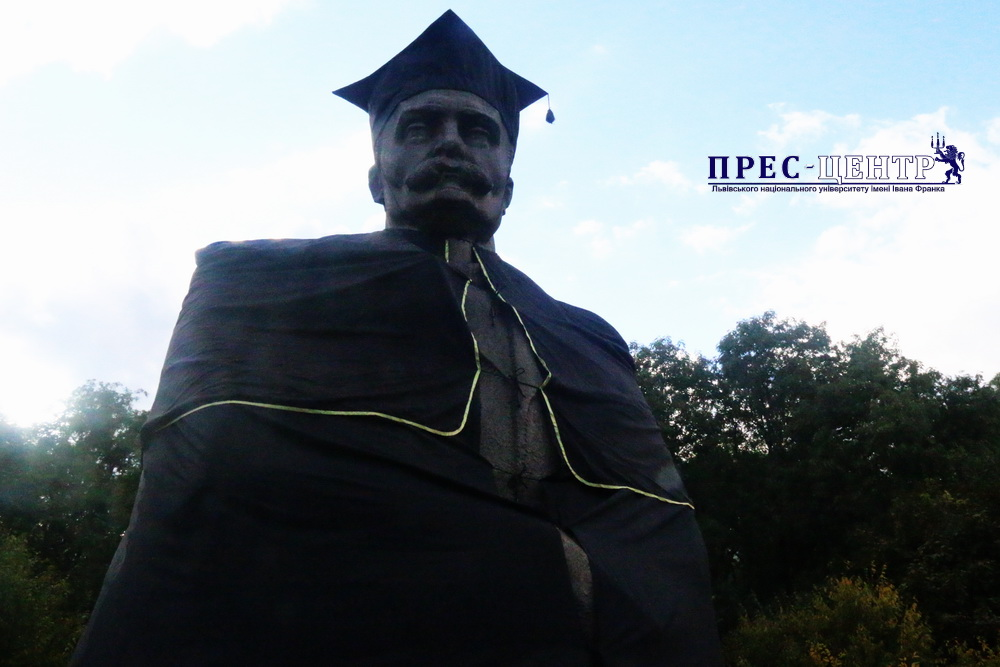 Студенти Університету одягнули пам'ятник Іванові Франку в мантію