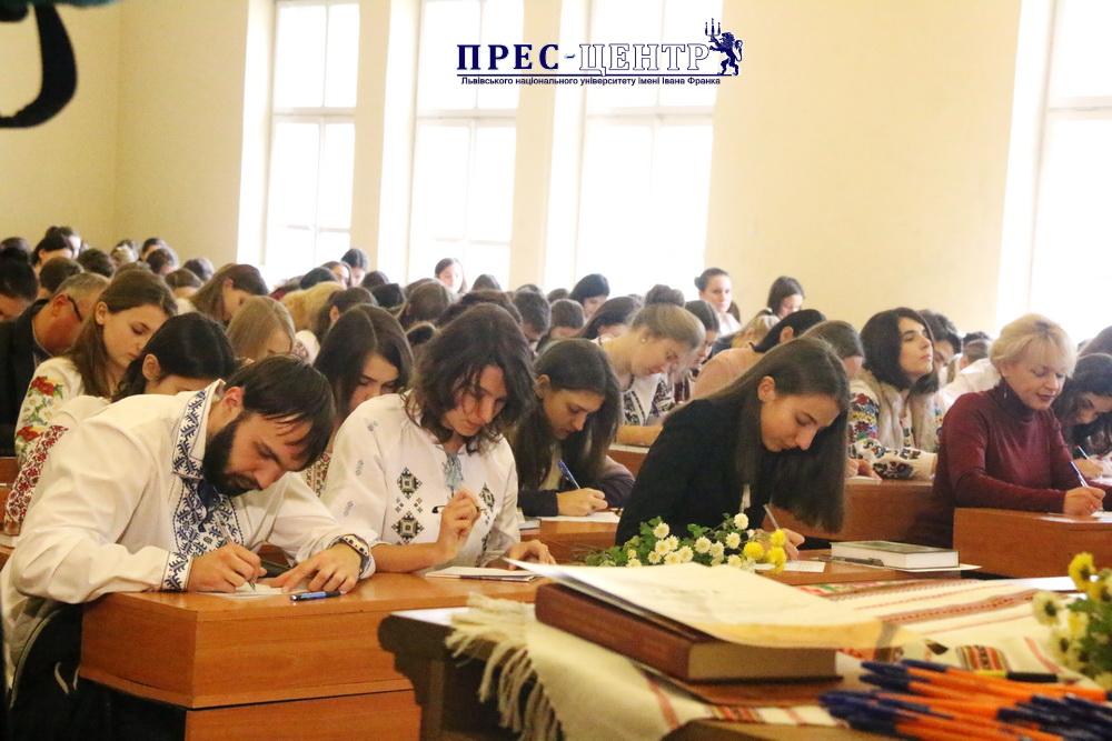Студенти і працівники Університету долучилися до Всеукраїнського диктанту Національної єдності