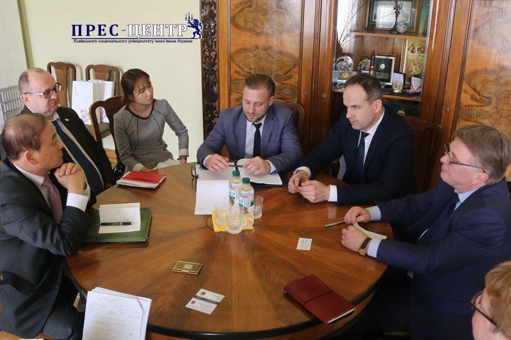 Ректор Університету Володимир Мельник зустрівся із Надзвичайним і Повноважним Послом Республіки Корея в Україні Лі Янг Гу