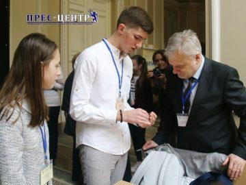 В Університеті нагородили переможців Всеукраїнського конкурсу юних дослідників «Кристали» імені Євгена Гладишевського
