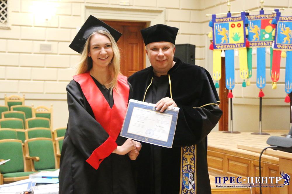 Випускникам Львівського університету вручили дипломи про освіту